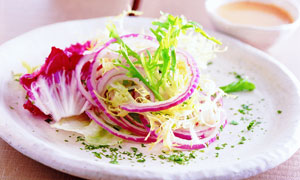 洋葱和蔬菜果盘摄影图片