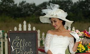 马车上的白色婚纱美女摄影原片素材