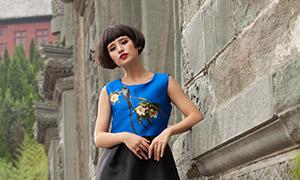 站在墙边的蓝黑色裙装美女写真原片