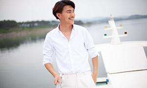 游艇上开心笑容的男士摄影原片素材