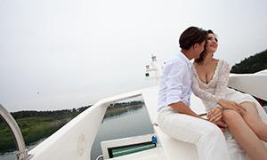 坐在游艇上的恋人主题摄影婚纱原片