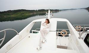 斜躺在游艇之上的美女婚纱摄影原片