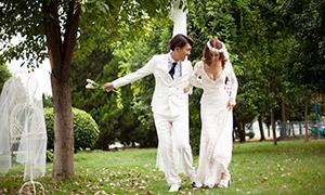 走在草地上的恋人写真摄影原片素材