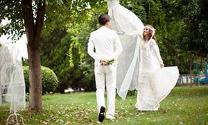 美女与拿着鲜花的男士婚纱摄影原片