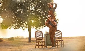 大树下的开心情侣写真摄影高清原片