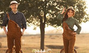 背带裤装扮的情侣人物写真摄影原片