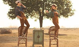 背带裤装扮的情侣写真摄影高清原片
