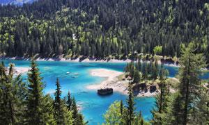 山脚下的湖泊树林风景鸟瞰摄影图片