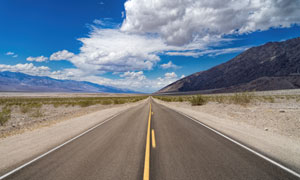 蓝天白云山峦公路风光摄影高清图片