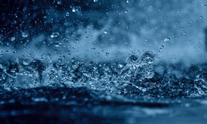 下雨天激起的水花特写摄影高清图片