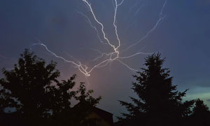 夜空中劈出的闪电景象摄影高清图片