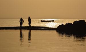 人物剪影与水面上的波光等摄影图片