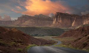 山地环境中的柏油公路摄影高清图片