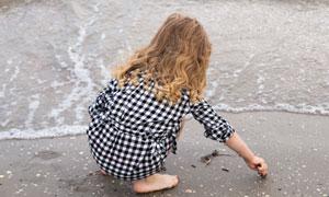 海边沙滩上玩耍的小孩摄影高清图片