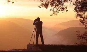 黃昏傍晚自然風光與攝影師高清圖片