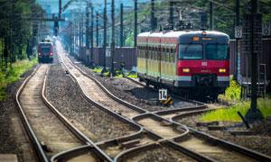 就要快进站的列车主题摄影高清图片
