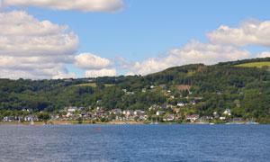 蓝天白云海边树木小镇摄影高清图片