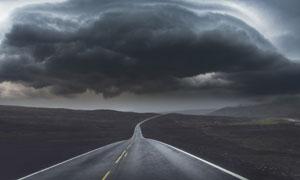 乌云压境下的荒原公路摄影高清图片
