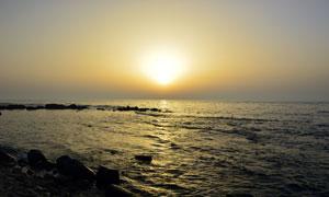 照耀着海面的黄昏夕阳摄影高清图片