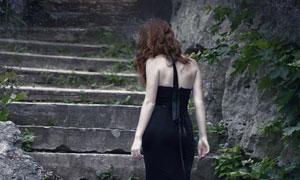 赤脚拾级而上的露背装美女高清图片
