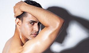 显露出肌肉的欧美男士摄影原片素材