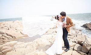 海边站在礁石上的恋人外景摄影原片