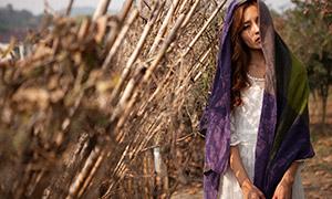 身上披紫色纱巾的美女人物高清原片