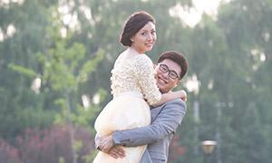 草坪上的幸福恋人主题摄影高清原片