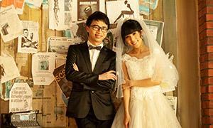 木板墙前恋人婚纱写真摄影高清图片