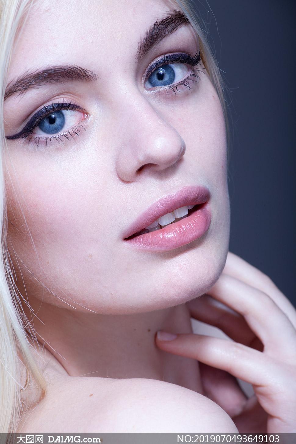 外国美女A片_面带微笑的蓝眼睛美女摄影原片素材_大图网图片素材