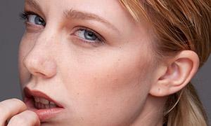 金发马尾发型美女人物摄影原片素材