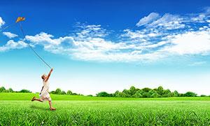 藍天下在草地上放風箏廣告背景素材