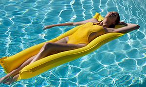 泛波光的泳池美女模特摄影高清原片