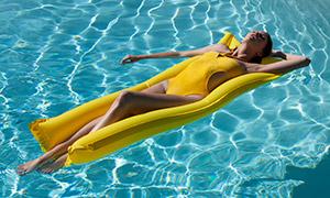 享受着日光浴的比基尼美女摄影原片