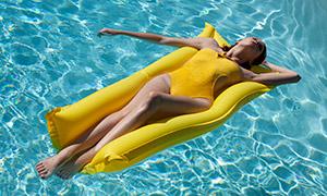 波光水面上的泳装美女摄影原片素材