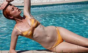 游泳池边的比基尼美女写真摄影原片