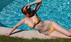 泛着波光的泳池与美女摄影原片素材