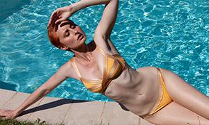 单手撑地的比基尼泳装美女摄影原片