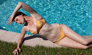 摆好了姿势的泳装美女摄影原片素材