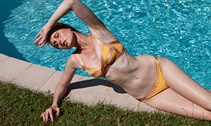 蓝色水波泳池边的泳装美女摄影原片