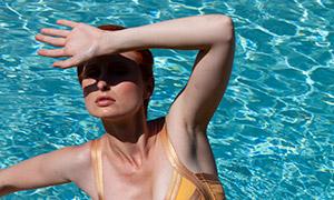 泳池边撑地的泳装美女人物摄影原片
