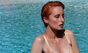 坐泳池边上的美女模特人物摄影原片