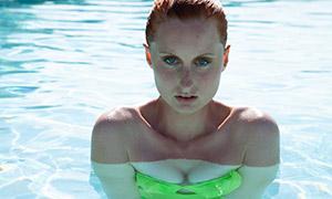 在游泳池中的美女人物摄影高清原片