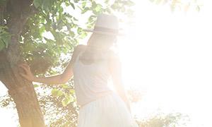 白裙卷发美女人物逆光摄影原片素材
