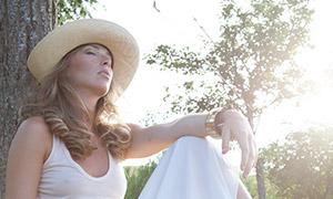 背靠着大树冥想的美女摄影高清原片