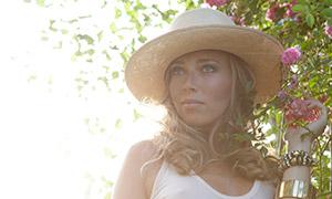白色裙装卷发美女人物特写摄影原片
