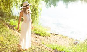 站在河边的长裙子美女摄影原片素材