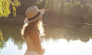 河边长裙卷发美女人物摄影原片素材