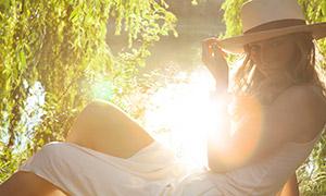 河边美女模特人物逆光摄影原片素材