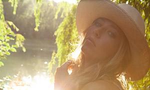 河边戴帽美女人物逆光摄影高清原片